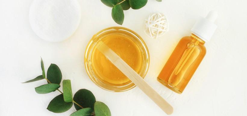 Du miel, des huiles essentielles et des larves sur les plaies chroniques